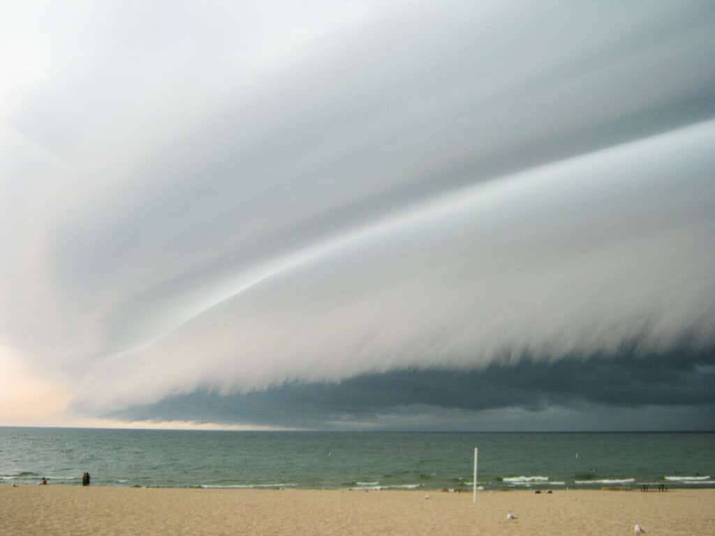 Shelf Cloud comes ashore